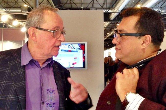 Куратор «Манифеста 10» Каспер Кёниг (слева) разговаривает с куратором «Манифеста 9» Куаутемоком Медина. Изображение № 1.