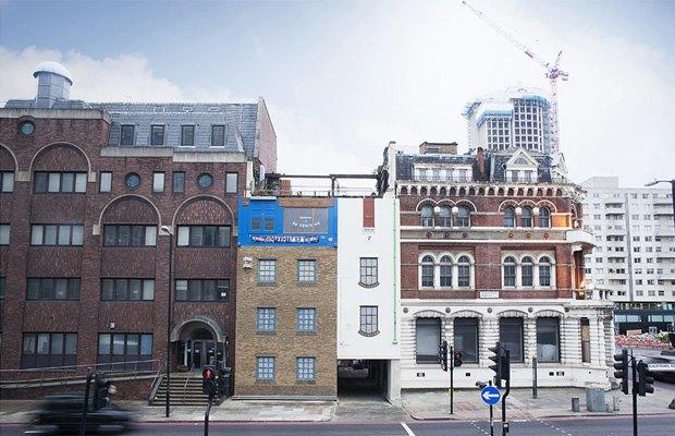 В Лондоне появился перевёрнутый вверх дном дом. Изображение № 1.