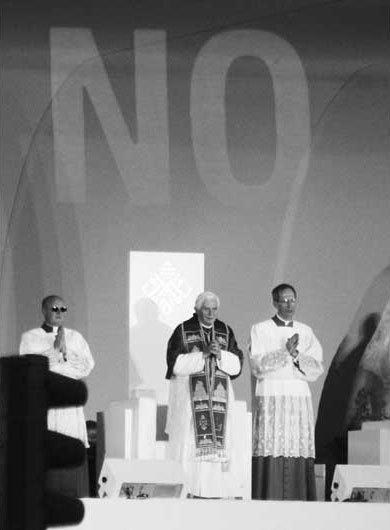 Проекция слова «нет» насцену вовремявыступления Папы Римского вМадриде, 2001.. Изображение № 25.