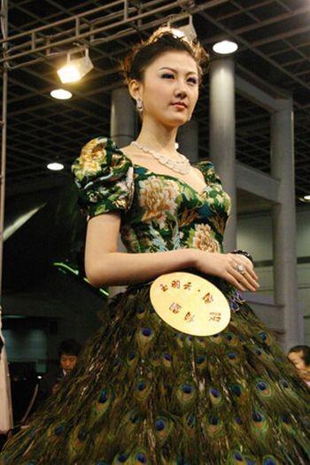 Свадебное платье изперьев павлина. Изображение № 3.