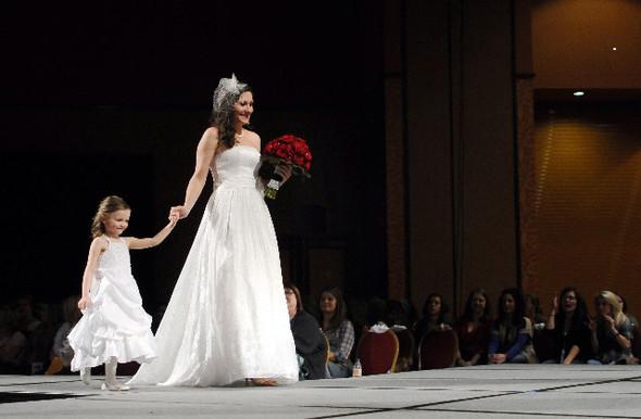 Главные тренды свадебной моды, или В чём выходить замуж в 2012 году. Изображение № 1.