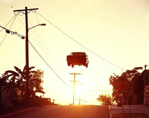 Ретро авто парят в воздухе. Изображение № 1.