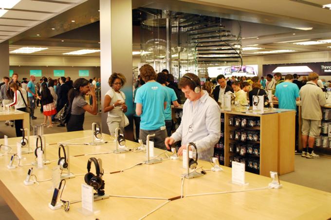 Наушники Bose в Apple Store в 2008 году. Изображение № 1.