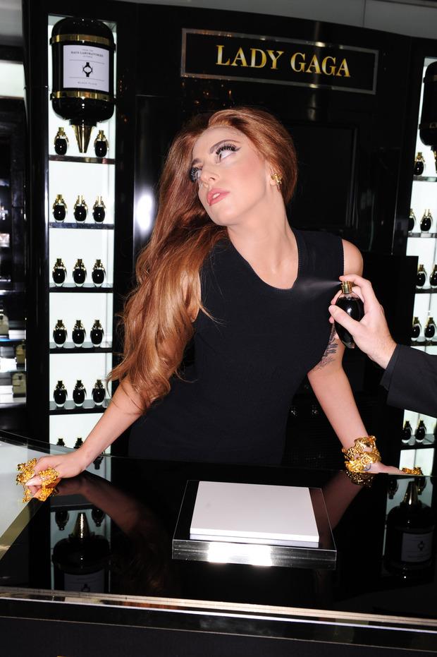 Леди Гага представила в Harrods духи FAME. Изображение № 16.