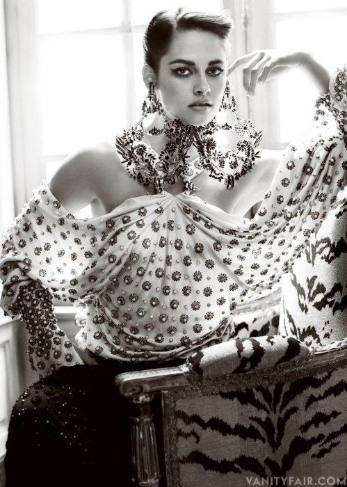 Кристен Стюарт позирует в Париже в одежде «от кутюр». Изображение № 2.