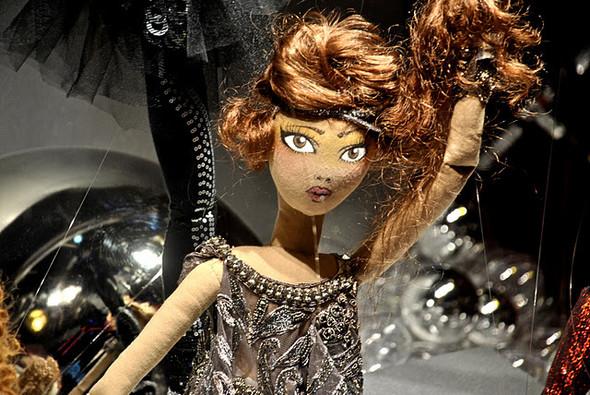 10 праздничных витрин: Робот в Agent Provocateur, цирк в Louis Vuitton и другие. Изображение № 28.