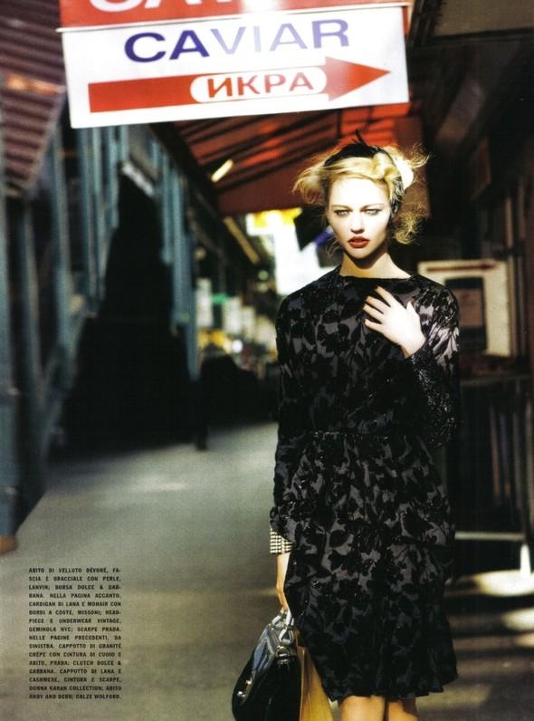 Архивная съёмка: Мила Йовович и Саша Пивоварова для Vogue, 2009. Изображение № 10.