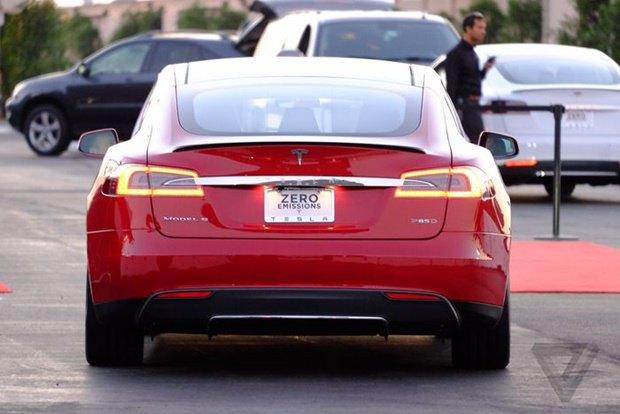Tesla показала полноприводный электрокар. Изображение № 2.