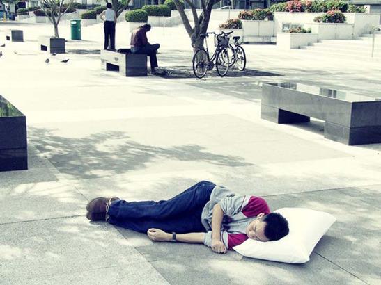 Пока ты спал:  Спящий приятель в публичных местах. Изображение № 3.