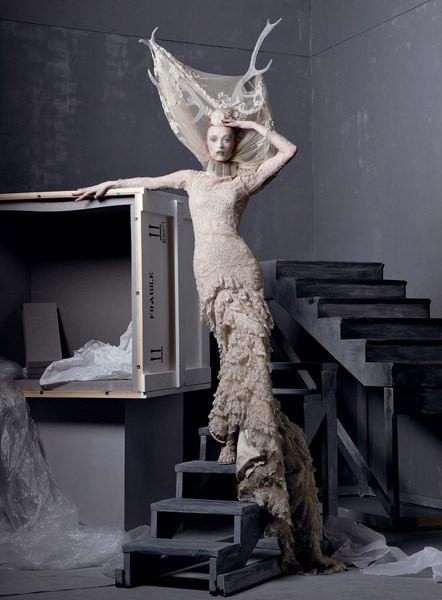 Карен Элсон в платье из коллекции  Alexander McQueen FW 2006. Изображение № 1.