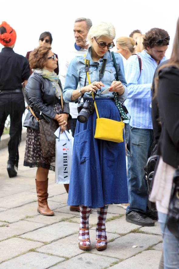 Уличная мода на Milan Fashion Week: день 1. Изображение № 7.