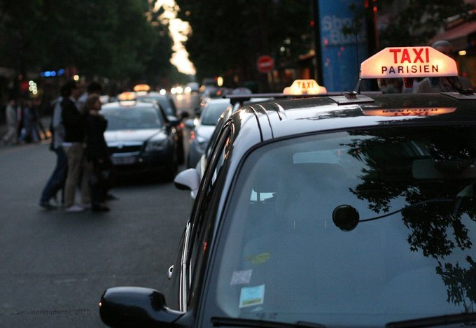 Парижские таксисты атаковали машину сервиса Uber. Изображение № 2.