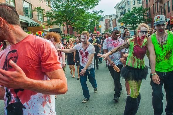 Зомби парад в Нью Йорке. NYC Zombie Crawl.. Изображение № 35.