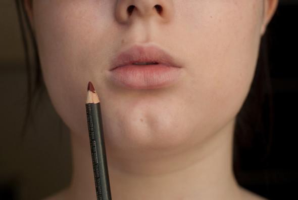 Рисовать контур можно не остро заточенным карандашом или при помощи кисти, или же — если вы настолько отважны — прямиком помадой из тюбика.. Изображение № 6.