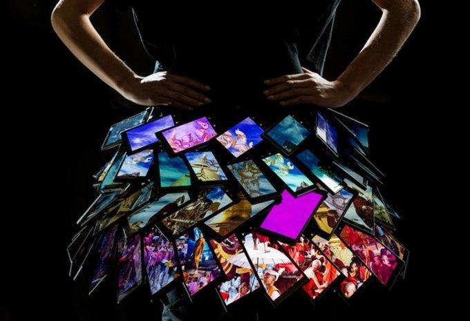 Создана первая в мире юбка из смартфонов. Изображение № 1.