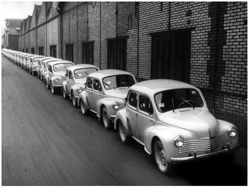 Renault 4 CV (Модель была разработана в годы войны, появилась в 1947 г., стала очень популярной и не сходила с конвейера вплоть до 1961 г.). Изображение № 26.