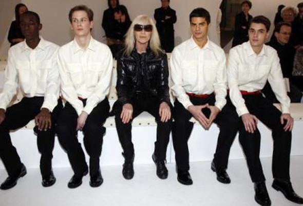 Бетти Катру и модели с показа Ив Сен Лорана. Изображение № 221.