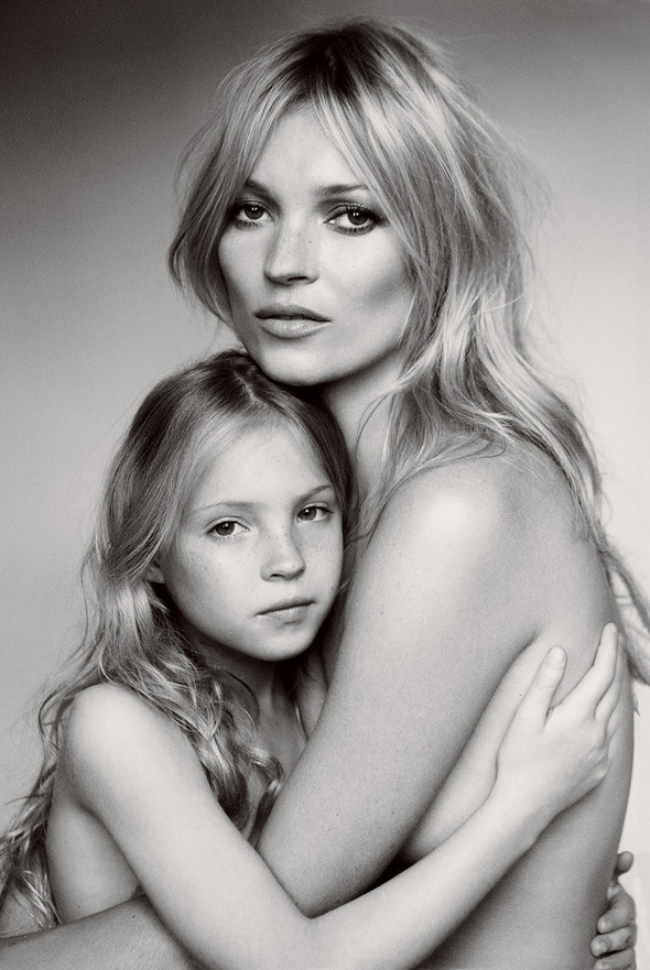 Для сентябрьской обложки американского Vogue снялась Кейт Мосс. Изображение № 3.