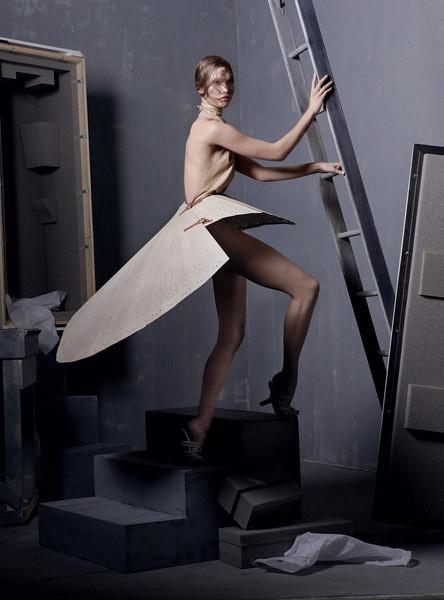 Карли Клосс в платье из коллекции Alexander McQueen SS 1999. Изображение № 5.