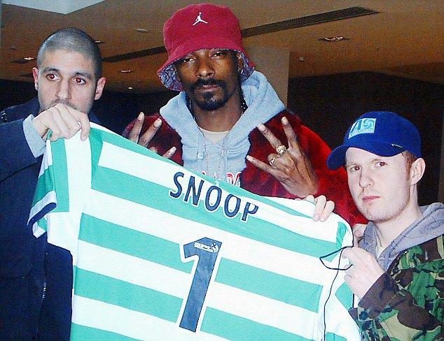 Снуп Догг позирует с футболкой «Селтик» в 2005 году. Изображение № 1.