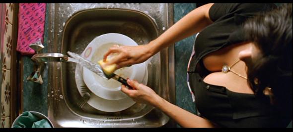 «Возвращение». Раймонда прячет в холодильнике труп мужа, которого зарезала их дочь —правда, потом выясняется, что он ей не родной отец. Тем временем в парикмахерской ее сестры под видом русской эмигрантки работает бабушка, вернувшаяся с того света. . Изображение № 10.