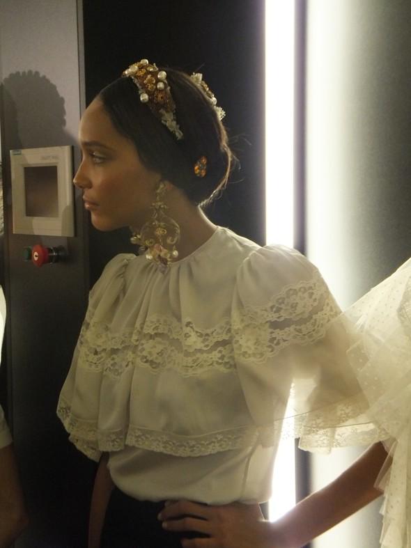 На бэкстейдже показа Dolce & Gabbana. Изображение № 16.