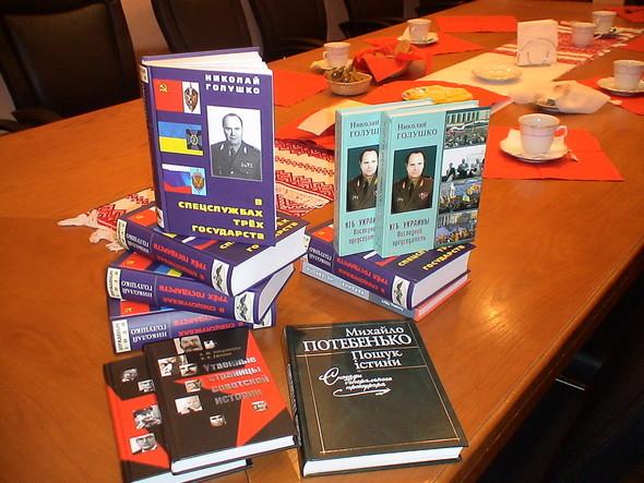 Книжные дары от компетентных авторов. Изображение № 1.