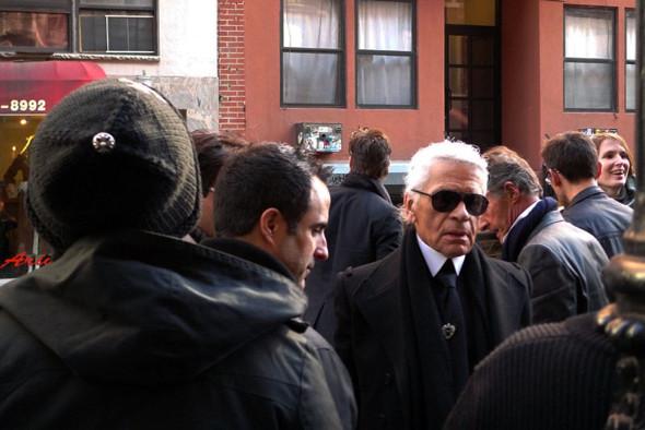 Chanel и Emporio Armani устроили публичные съемки. Изображение № 7.