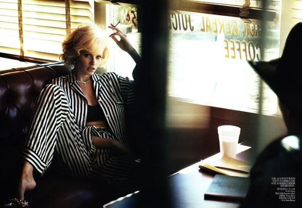 Съёмка: Лара Стоун в объективе Питера Линдберга. Изображение № 4.