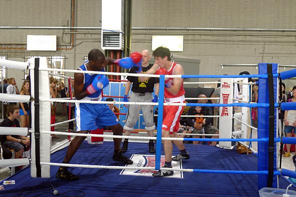 На стенде Longsdale проводили показательные боксёрские бои. Изображение №10.