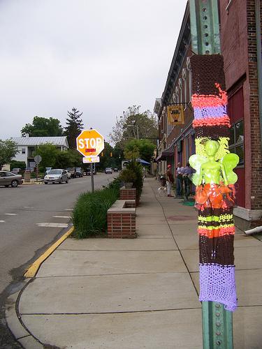 Бомбардировщики пряжей одевают улицы ввязаное граффити. Изображение № 4.