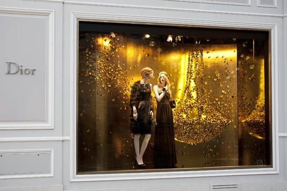 10 праздничных витрин: Робот в Agent Provocateur, цирк в Louis Vuitton и другие. Изображение № 103.
