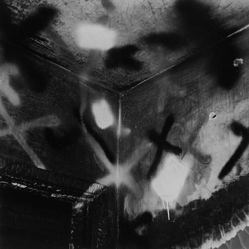 John Divola. Фотографический вандализм. Изображение № 14.