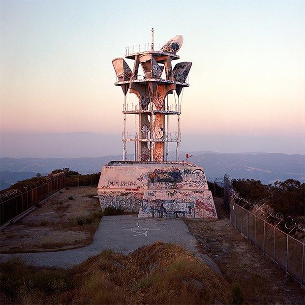 Заброшенные телефонные башни вгорах ипустынях . Изображение № 2.