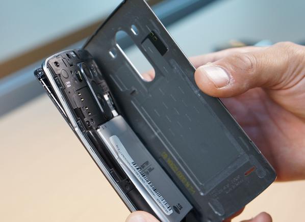 Стресс-тест: новые айфоны и другие смартфоны гнут на прессе. Изображение № 6.