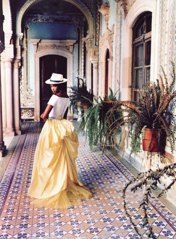 Архивная съёмка: Наоми Кэмпбелл и Эллен фон Унверт для Vogue, 1998. Изображение № 12.