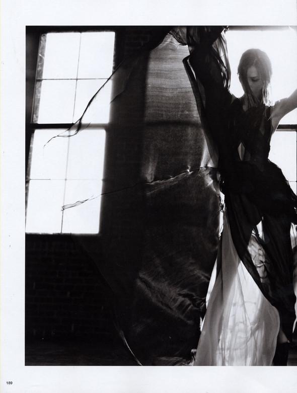 Съёмка: Карли Клосс в объективе Эди Слимана для Vogue. Изображение № 4.