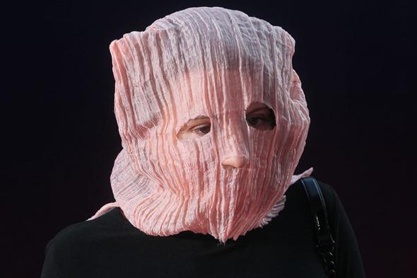 Ольга Дарфи, режиссер. Пришла на открытие ММКФ в маске, похожей на ту, что была на участницах панк-молебна.. Изображение № 4.