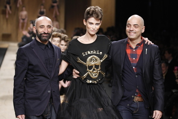 Финальный выход с моделью Bianca Balti на Milan Fashion Week fall winter 2011.. Изображение № 1.