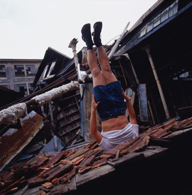 Летающие и падающие люди Ли Вея. Изображение № 8.