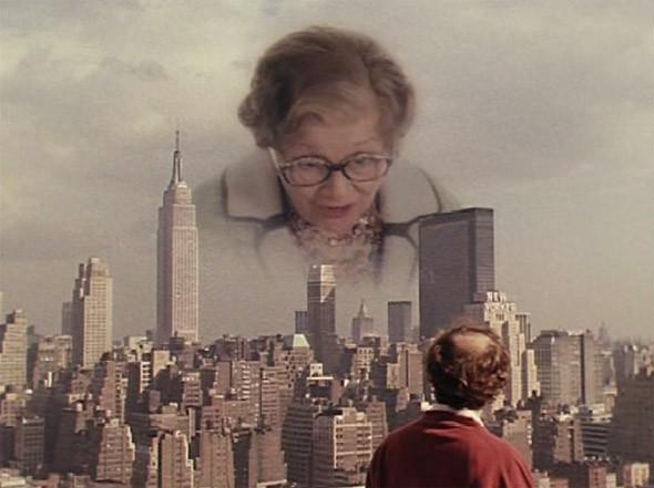 1. Empire State Building Символ Нью-Йорка, с момента своей постройки в 1931 году и вплоть до семидесятых державший звание самого высокого здания в мире (сейчас третий по высоте в Штатах). Впрочем, для Аллена, как для любого невротика из приличной еврейской семьи, даже Эмпайр Стейт уступает по весу и значимости маме. В новелле «Эдипов комплекс», снятой им для альманаха «Нью-йоркские истории» мама героя шпыняет и унижает его перед всем городом, нависая с неба над панорамой Нью-Йорка.. Изображение №3.