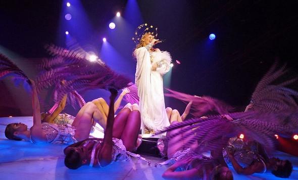"""Изображение 2. Кайли Миноуг колесит по европейским странам с туром """"Les Folies Tour"""".. Изображение № 2."""