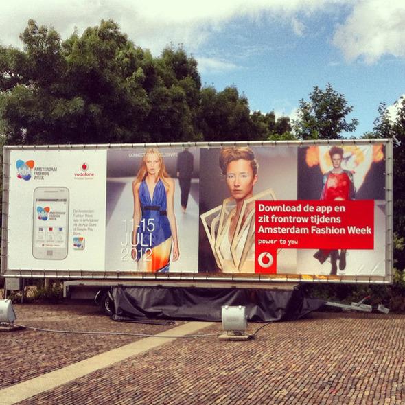 Модные фрики и бэкстейдж на Амстердамской неделе моды.. Изображение № 1.