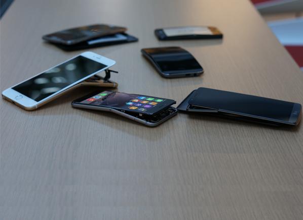 Стресс-тест: новые айфоны и другие смартфоны гнут на прессе. Изображение № 5.