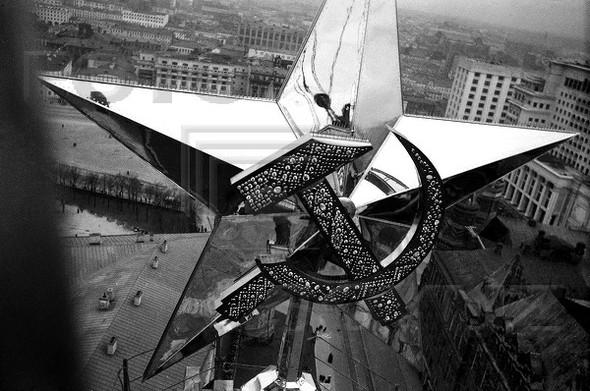 Звезда установлена на башне Кремля. Изображение № 61.