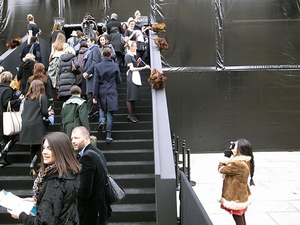 Девушки-горничные перед показом Louis Vuitton. Изображение № 1.