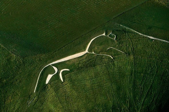 Уффингтонская белая лошадь - 110-метровая меловая фигура в английском графстве Оксфордшир. Возраст примерно 3000 лет.. Изображение № 48.