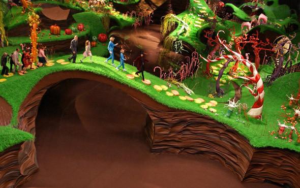 Шоколадные реки и карамельные берега в недрах индустриальной постройки. «Чарли и шоколадная фабрика» 2005. Изображение № 50.
