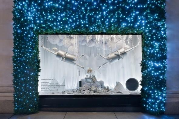 10 праздничных витрин: Робот в Agent Provocateur, цирк в Louis Vuitton и другие. Изображение № 80.