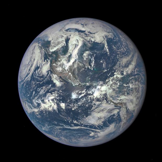 DSCOVR прислал первый снимок Земли с расстояния в 1 млн км. Изображение № 1.